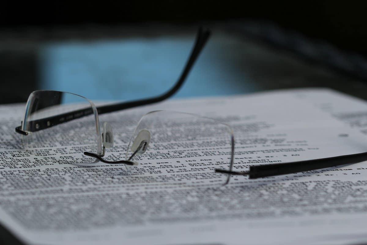 Steuerbescheid mit Brille - Mit der Kanzlei Dierkes behalten Sie den Durchblick.