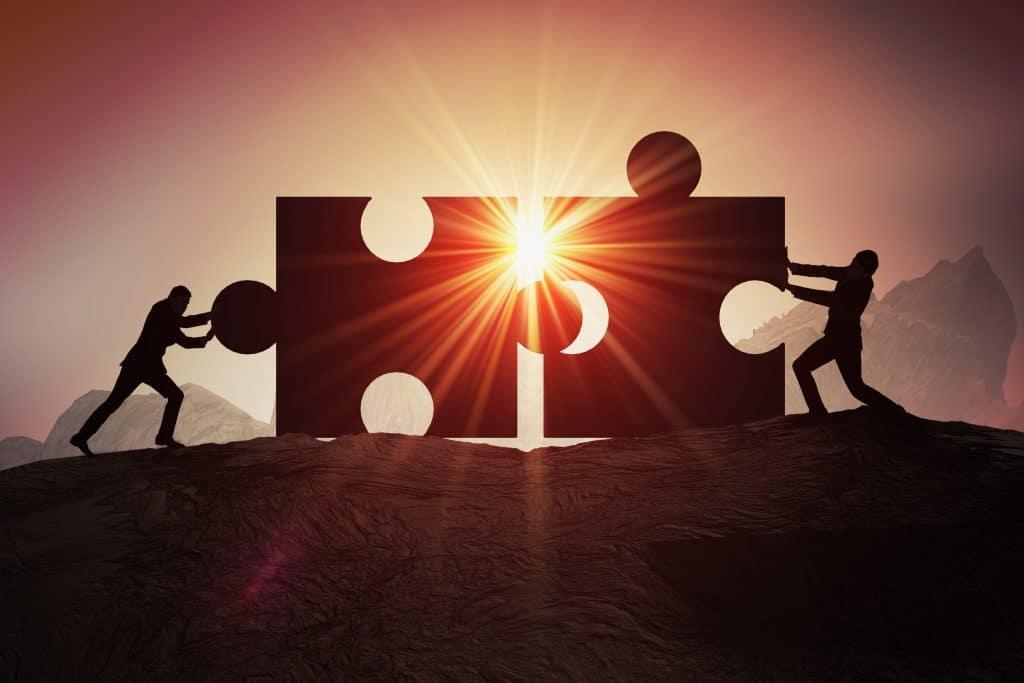 """Zwei Personen schieben ein Puzzle zusammen - Zusammen mit der Kanzlei Dierkes lösen Sie Ihr """"Steuerpuzzle"""""""