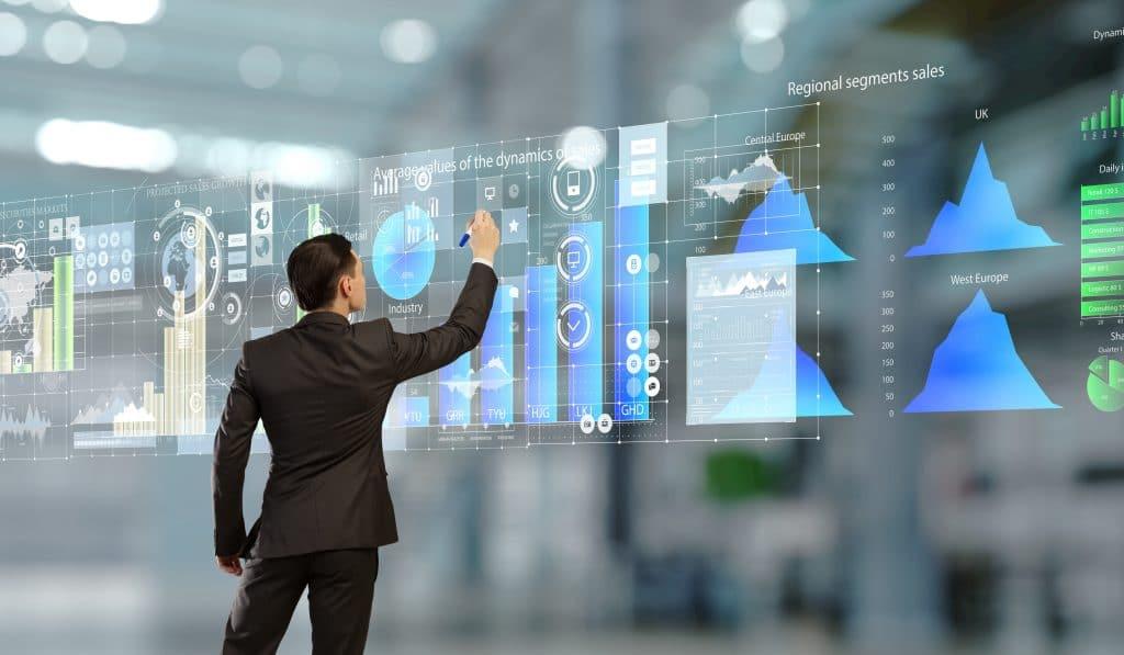 Mann mit Anzug vor großem Bildschirm - Mit der Kanzlei Dierkes in die Zukunft!